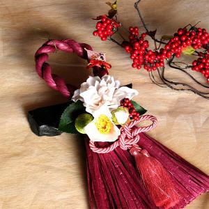 お正月縦長白いダリアと椿のしめ縄(ワイン)lpm0112